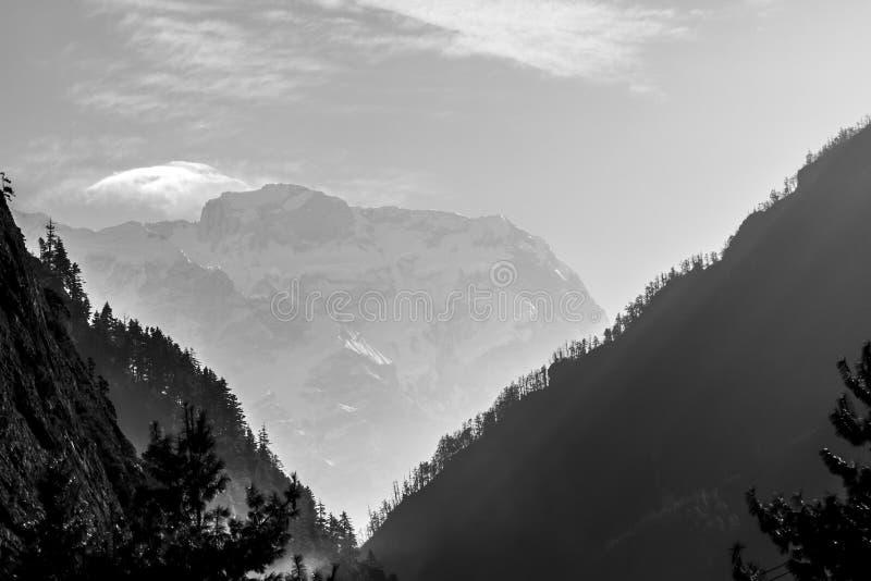 Nevelige Bergen Ochtend in Himalayagebergte, Nepal, Annapurna-behoudsgebied royalty-vrije stock fotografie