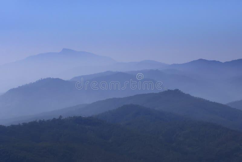 Nevelige bergen in Oost-Timor stock foto's