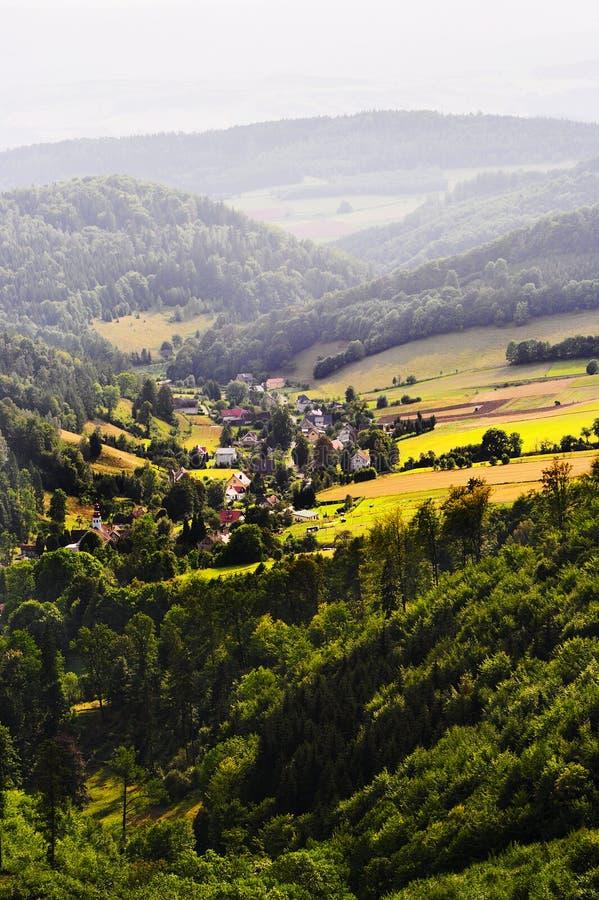 Nevelige bergvallei met gebieden en weiden Toneel schilderachtig landbouwgrondlandschap royalty-vrije stock foto