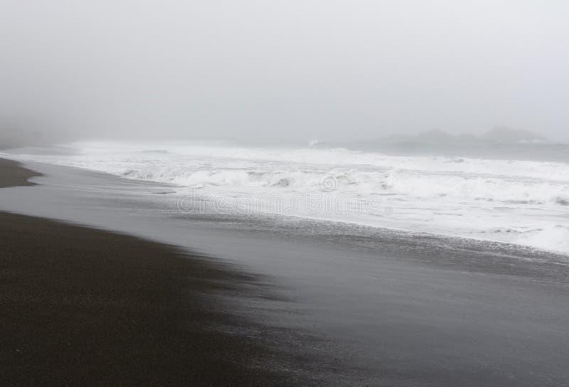 Nevelige dag bij het strand stock foto