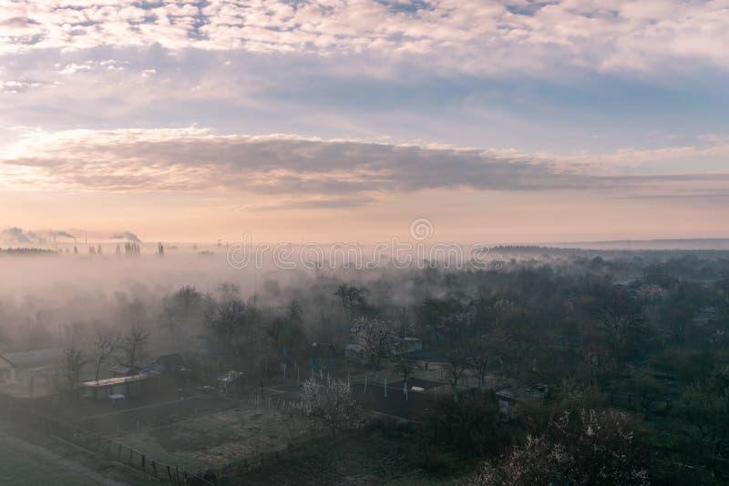 Nevelige de lenteochtend op de rand van de stad stock afbeeldingen
