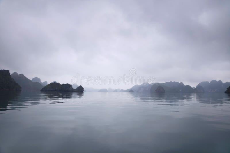 Nevelige Horizon, Halong Baai, Vietnam stock afbeeldingen