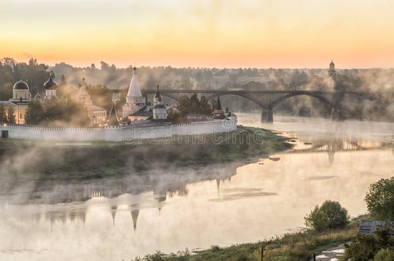Nevelige ochtend over Volga rivier en klooster in Staritsa stock fotografie