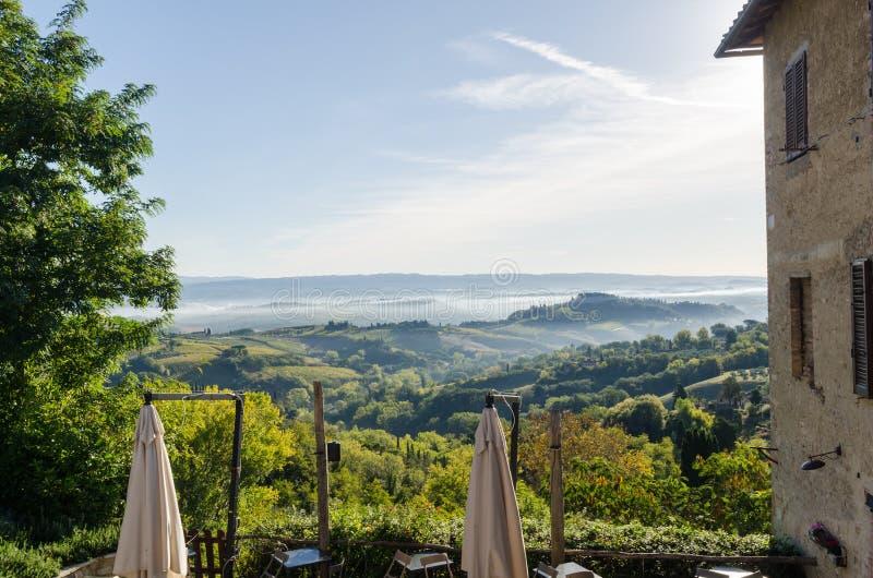 Nevelige rollende heuvels in Toscanië, Italië royalty-vrije stock foto's