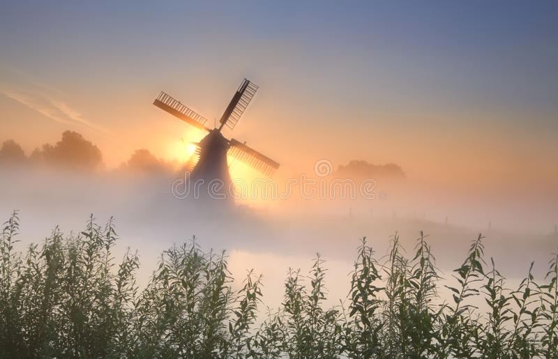 Nevelige sunrisebehind de windmolen royalty-vrije stock foto's