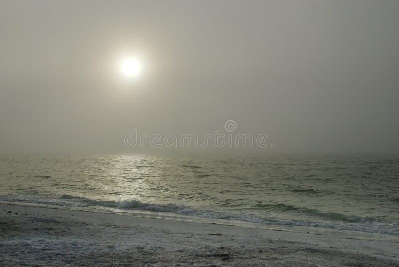 Download Nevelige Zon boven Oceaan stock foto. Afbeelding bestaande uit donker - 29513492