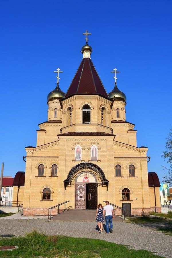 Nevinnomyssk, Russie, septembre, 13, 2018 Les gens marchant près de l'église du séraphin de St de Sarov sur le boulevard de la pa photos libres de droits