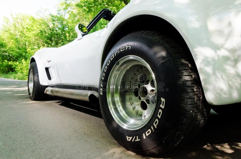 NEVINOMYSSC, РОССИЯ - 13-ОЕ МАЯ 2016: Автомобили Внеофисная фотография старых американских автомобилей Chevrolet Corvette C3 1978 стоковое фото rf