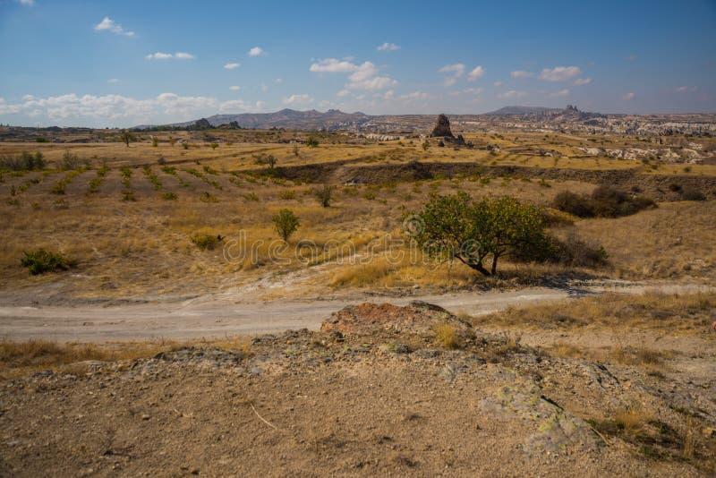 NEVSEHIR-OMRÅDE, CAPPADOCIA, TURKIET: Det härliga höstlandskapet på fält, vaggar och berg På horisonten konturn av royaltyfri foto