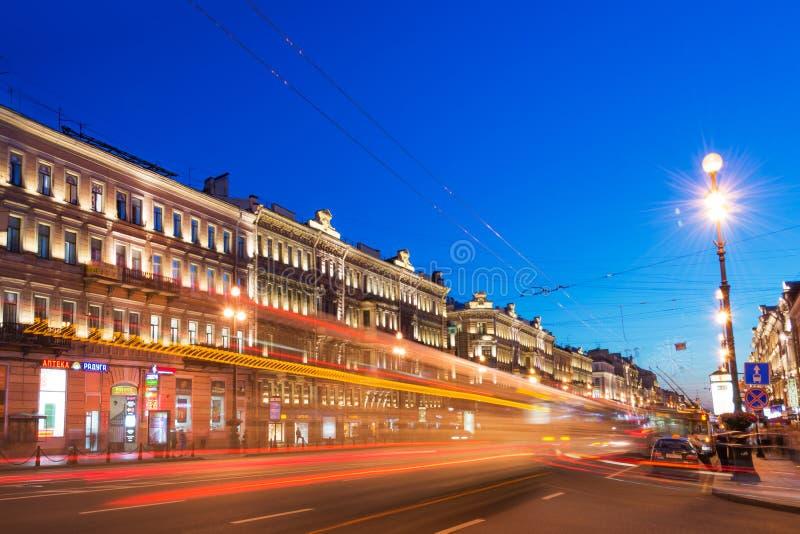 Nevsky utsikt på natten, St Petersburg royaltyfri foto