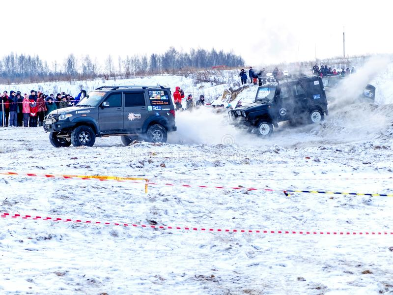 Nevyansk, Rusia, el 23 de febrero de 2018, el competir con campo a través del invierno abierto imagen de archivo