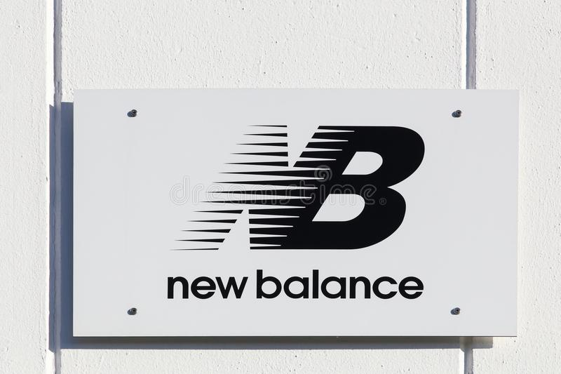 montaje Pino Equivalente  New Balance logo on a wall editorial stock image. Image of market -  100347544