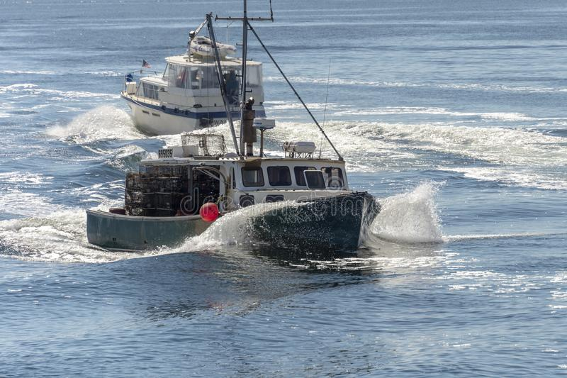New Bedford, Massachusetts, de V.S. - 15 September, 2018: Het knipsel van Mona M van de zeekreeftboot door een bootkielzog terwij stock foto's