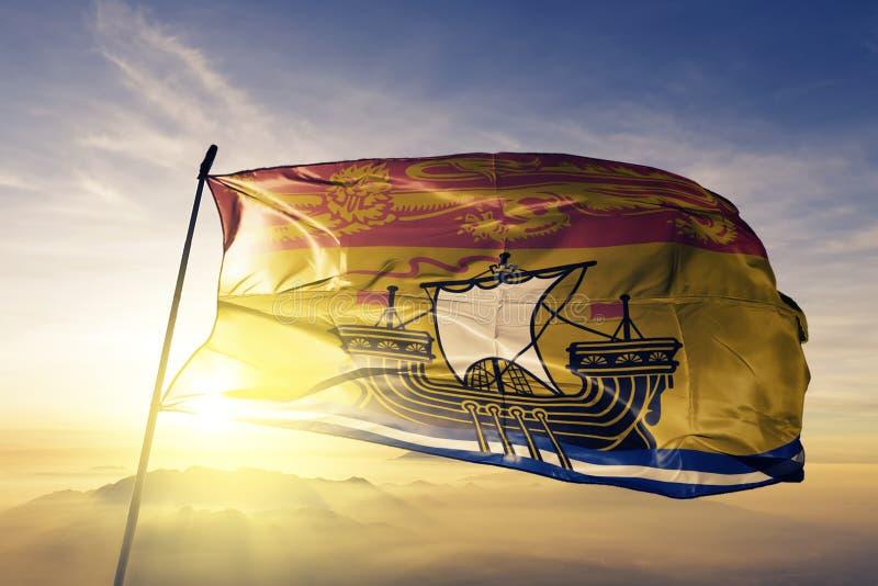 New Brunswick landskap av tyg för torkduk för Kanada flaggatextil som vinkar på den bästa soluppgångmistdimman royaltyfri illustrationer