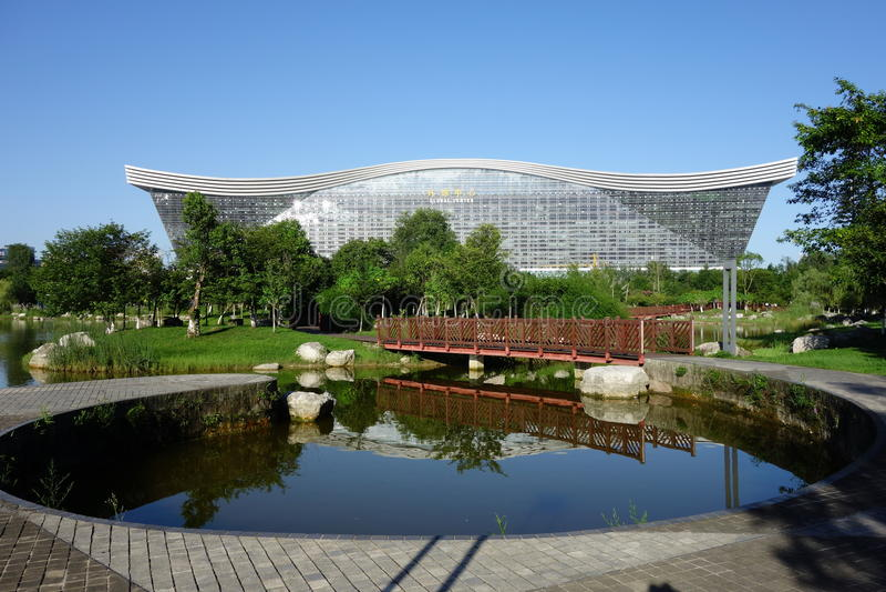 New Century global mitt, Chengdu, Sichuan, Kina mot blåa himlar royaltyfri bild