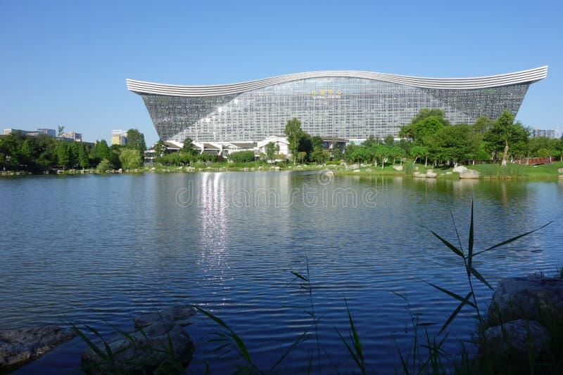 New Century global mitt, Chengdu, Sichuan, Kina mot blåa himlar arkivbild
