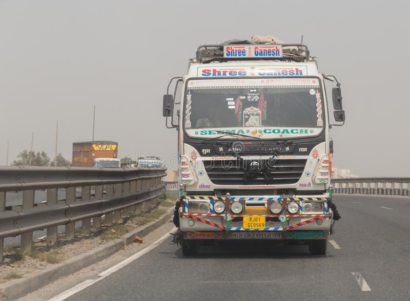NEW DELHI, INDE - 14 MARS 2018 : camion sur la route images libres de droits