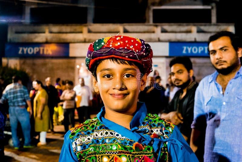 New Delhi, India - 22 juni 2018: frontaal dicht omhooggaand portret van jonge Indische jongen die in traditionele Indische kledin royalty-vrije stock afbeelding