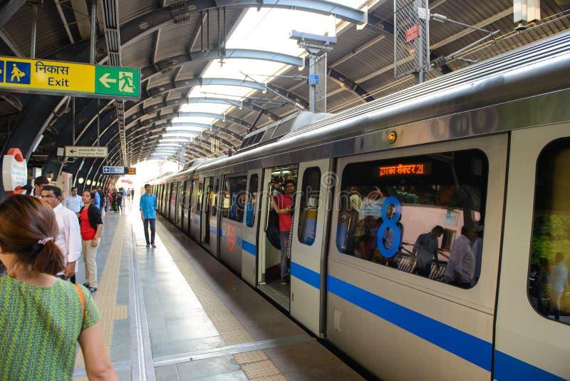 New Delhi India, Kwiecień, - 10, 2016: Delhi metra sieć składać się z sześć linii z sumaryczną długością 189 63 kilometru 117 83  obrazy stock