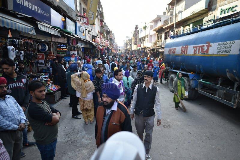 New Delhi, India, Listopad 23, 2017: Tłum ulica Delhi obraz stock