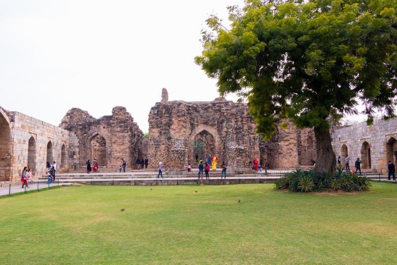 New Delhi India, Luty, - 2019 Qutub Minar kompleks, tury?ci odwiedza Qutub kompleks w Delhi, India zdjęcia royalty free