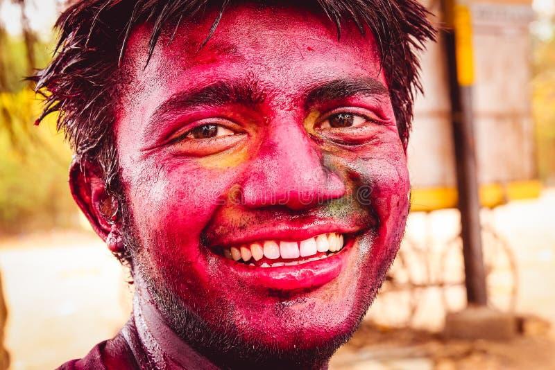New Delhi, India - 10 maart 2016: sluit omhoog portret van de jonge, gelukkige, Indische mens met grote glimlach en zie hoogtepun stock foto's