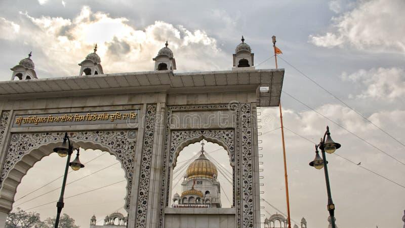 NEW DELHI INDIEN - APRIL 21, 2007, Gurudwara banglasahib är det mest framstående sikh- huset av dyrkan i Delhi öppnade på 1783 royaltyfri foto