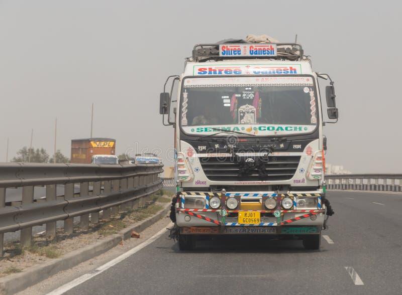NEW DELHI INDIEN - MARS 14, 2018: lastbil på vägen royaltyfria bilder