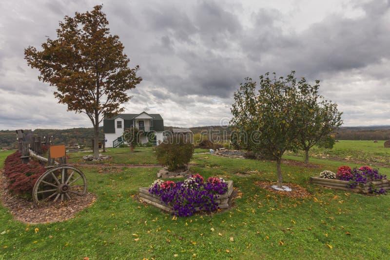 New England lantgårdplats med ett vitt lantgårdhus royaltyfri bild