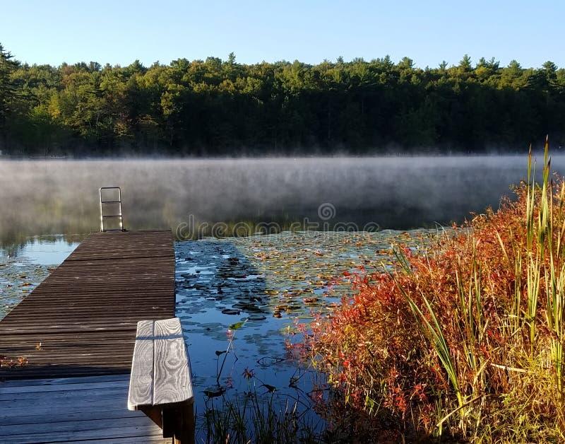 New Hampshire-dalingskleuren - kleine vijver stock afbeelding