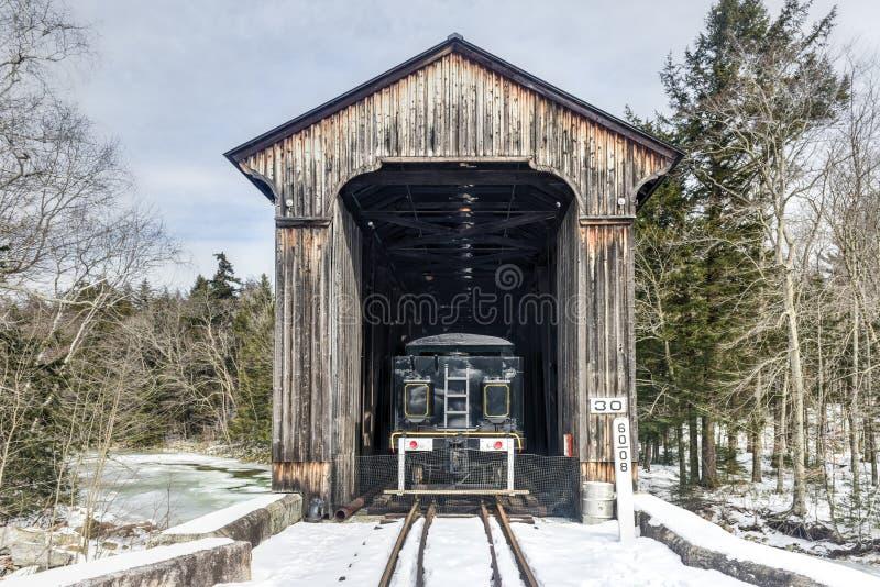 New Hampshire täckte järnvägbron arkivbild