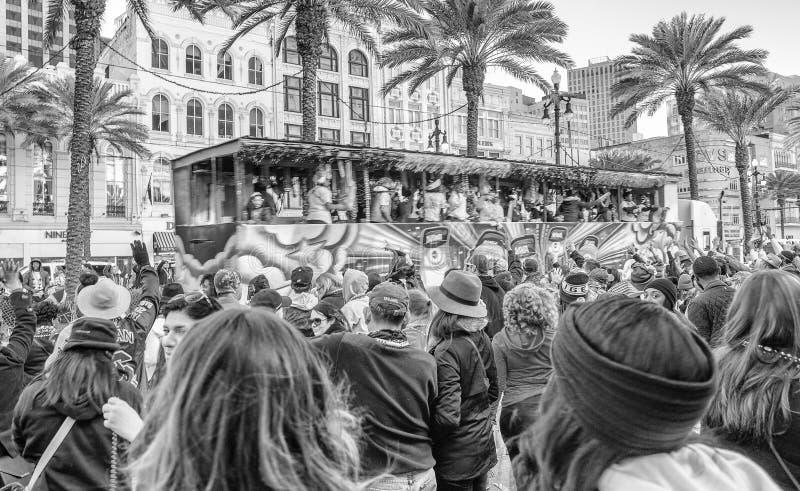 NEW ORLEANS - 9 DE FEBRERO DE 2016: Turistas a lo largo de las calles de la ciudad en M fotografía de archivo libre de regalías