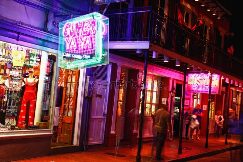 New Orleans färgrika Bourbon gatadragningar royaltyfria foton