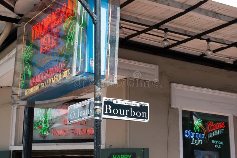 NEW ORLEANS LA - APRIL 13: Bourbon och den Orleans gatan undertecknar in den franska fjärdedelen av New Orleans, Louisiana på Apr arkivfoto