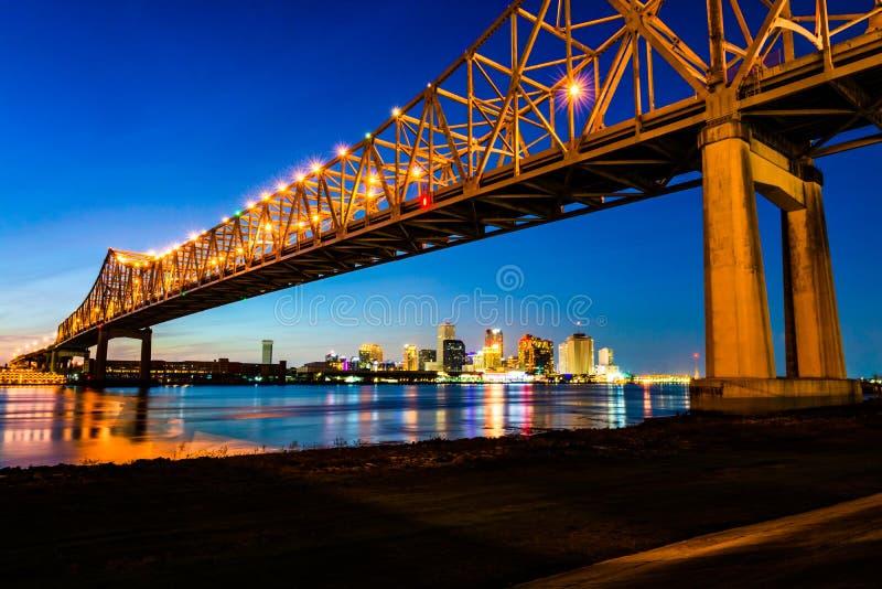 New Orleans LA: Crescent City Connection Greater New Orleans bro, affär för huvudväg 90 för konsolbro bärande över arkivbild