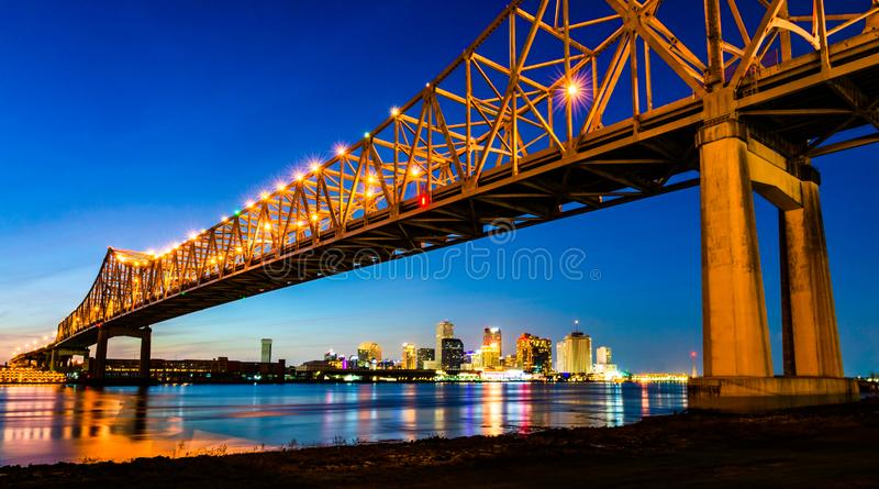 New Orleans LA: Crescent City Connection Greater New Orleans bro, affär för huvudväg 90 för konsolbro bärande över royaltyfria foton