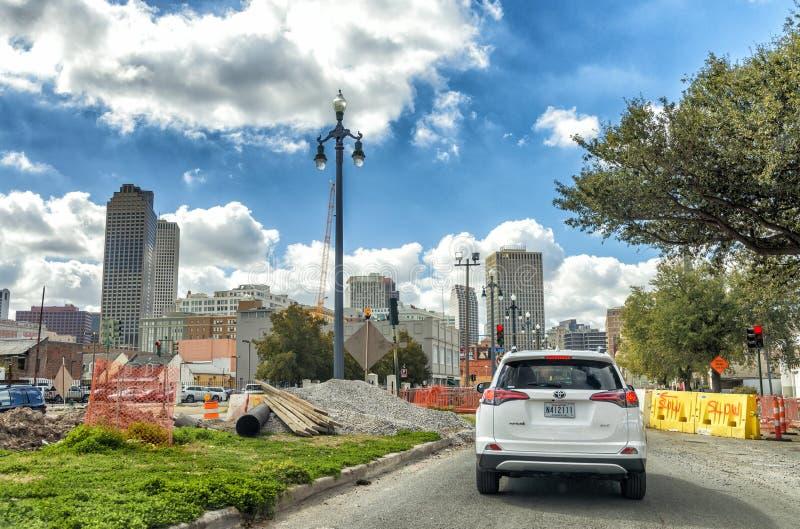 NEW ORLEANS LA - JANUARI 2016: Stadstrafik på en härlig sunn royaltyfri bild