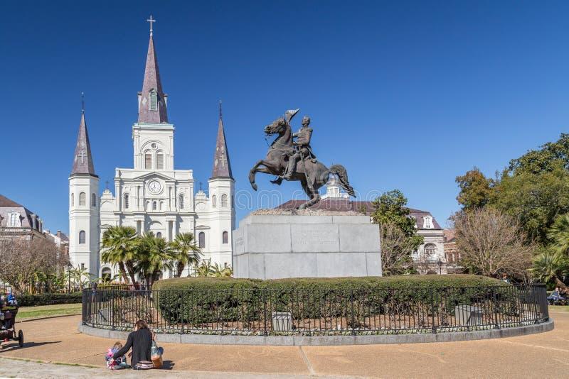 New Orleans, LA/USA - circa febrero de 2016: St Louis Cathedral, Jackson Square y monumento en el barrio francés, New Orleans, Lo fotos de archivo libres de regalías
