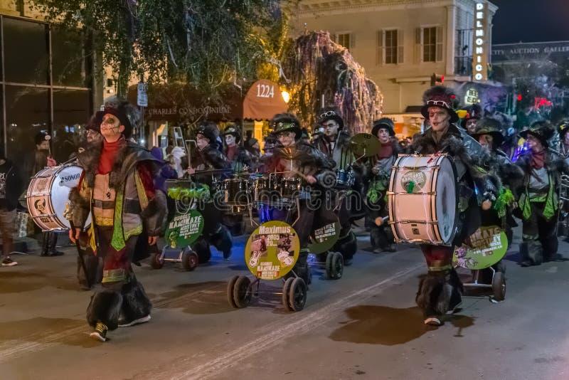 New Orleans LA/USA - circa Februari 2016: Ståtar iklädda dräkter för folk under Mardi Gras i New Orleans, Louisiana fotografering för bildbyråer