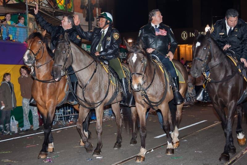 New Orleans LA/USA - circa mars 2011: Monterade polisridninghästar under Mardi Gras i New Orleans, Louisiana royaltyfria bilder
