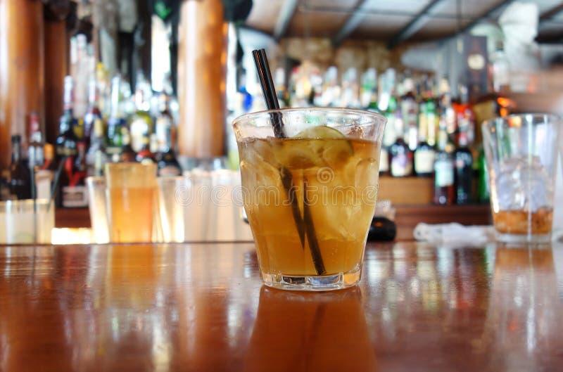 NEW ORLEANS, LA/USA -03-17-2019: Een Sazerac-cocktail op de bar van het de bar en restaurant van Napoleon House in New Orleans he stock foto