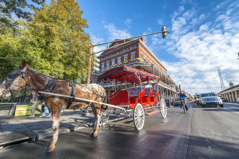 NEW ORLEANS, LOS E.E.U.U. - FEBRERO DE 2016: Carro rojo del caballo a lo largo de los enchufes fotos de archivo