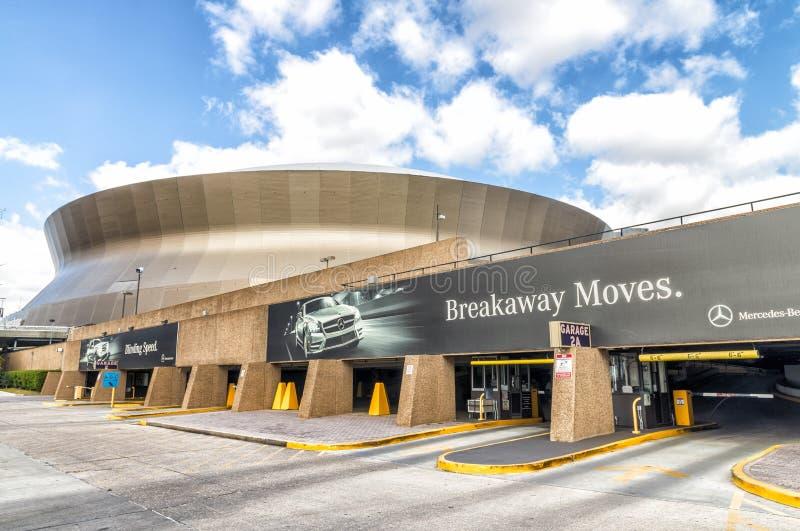 NEW ORLEANS, LOS E.E.U.U. - FEBRERO DE 2016: Mercedes-Benz Superdome en un s imagen de archivo