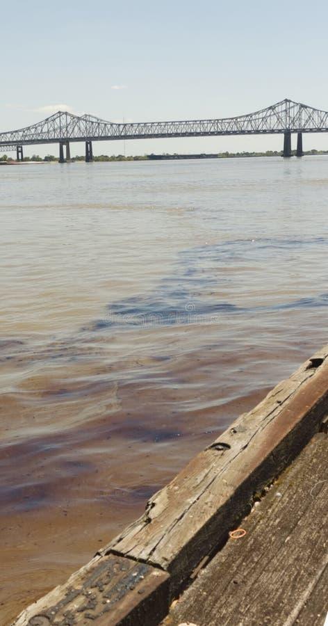 New Orleans, Louisiana/USA- 12 de abril de 2018: Un derrame de petróleo de 4200 galones fluye abajo del río Misisipi hacia el Gol fotos de archivo