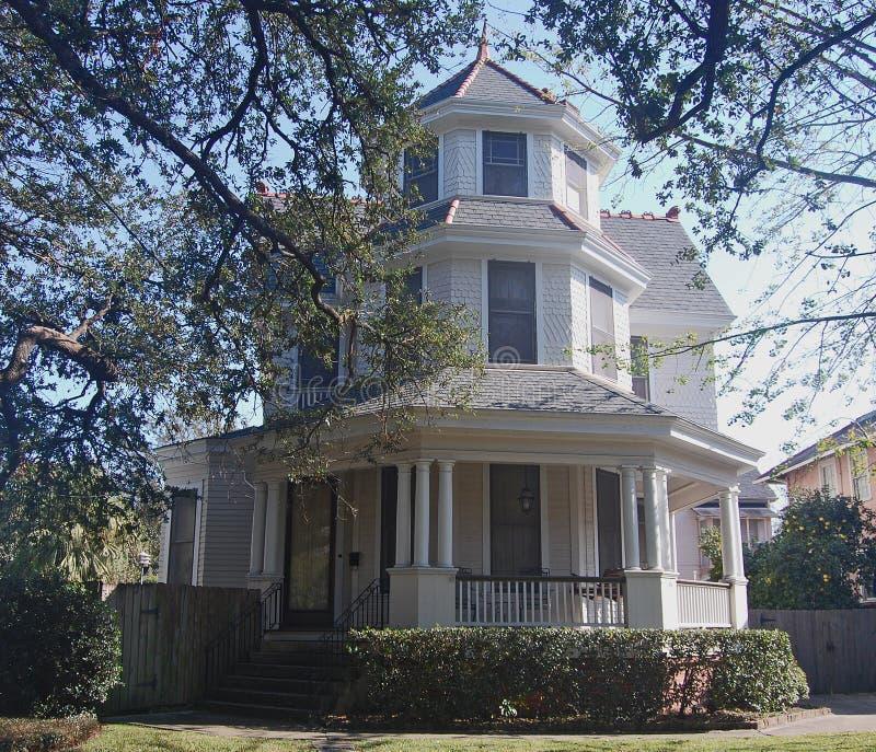 New Orleans tre berättelsehus med tornet arkivfoton