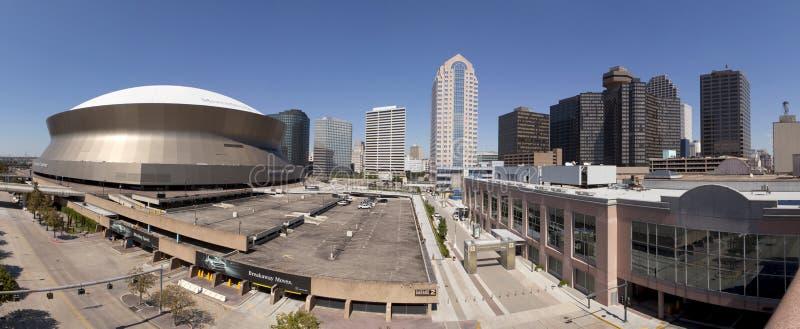 New Orleans und Superdome (panoramisch) lizenzfreie stockfotos