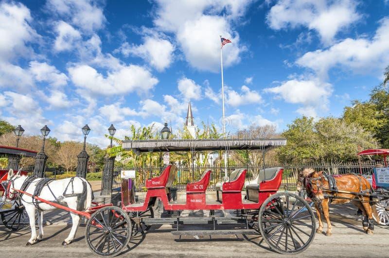 NEW ORLEANS, USA - FEBRUAR 2016: Roter Pferdewagen entlang Steckfassungen lizenzfreies stockbild