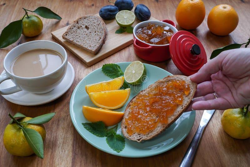 New Year`s breakfast, coffee, bread, jam Regolazione festiva della tabella fotografia stock