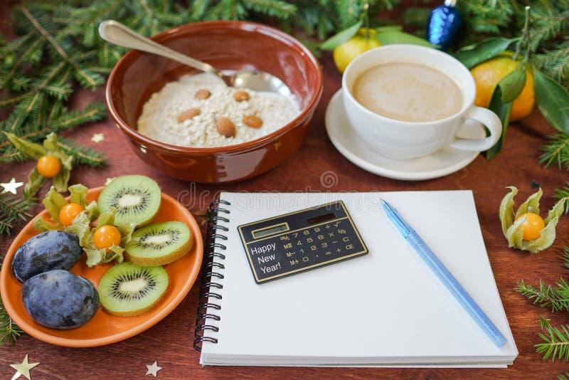 New Year`s breakfast, coffee, bread, jam Regolazione festiva della tabella immagine stock