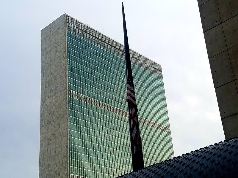 New York: 1º de dezembro de 2018 Matrizes de United Nations com a bandeira no meio passado para Prseident Bush imagem de stock